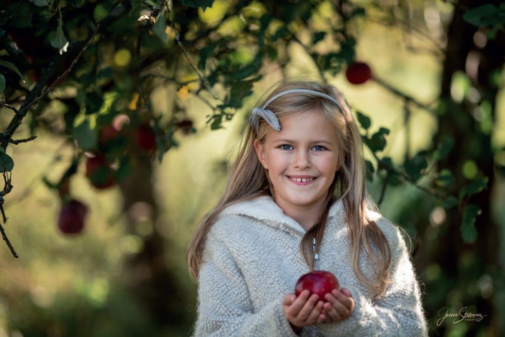 Dziewczynka z jabłkiem
