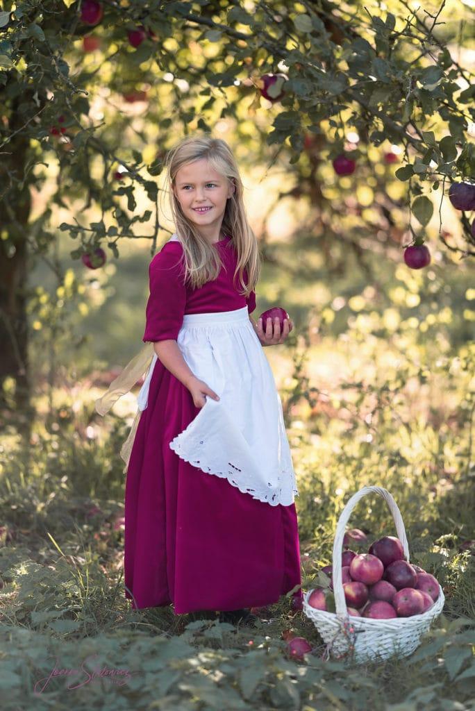Dziewczynka w sadzie sesja w stylu retro