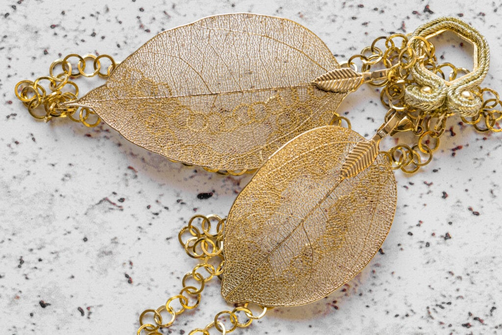 Biżuteria złota liść
